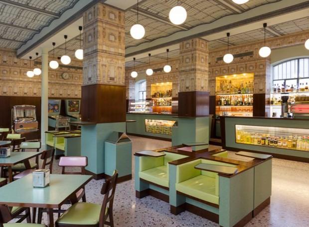 O Bar Luce foi desenhado para relembrar cafeterias clássicas de Milão (Foto: Mikhail Loskutov/ Reprodução)