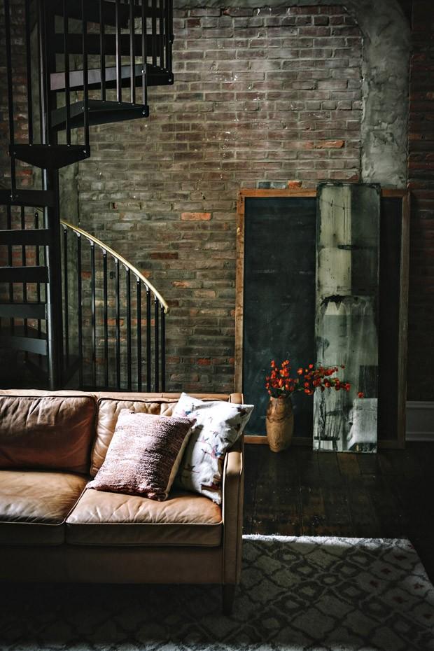 Décor do dia: sala de estar industrial com parede de tijolos (Foto: Westelm/Divulgação)