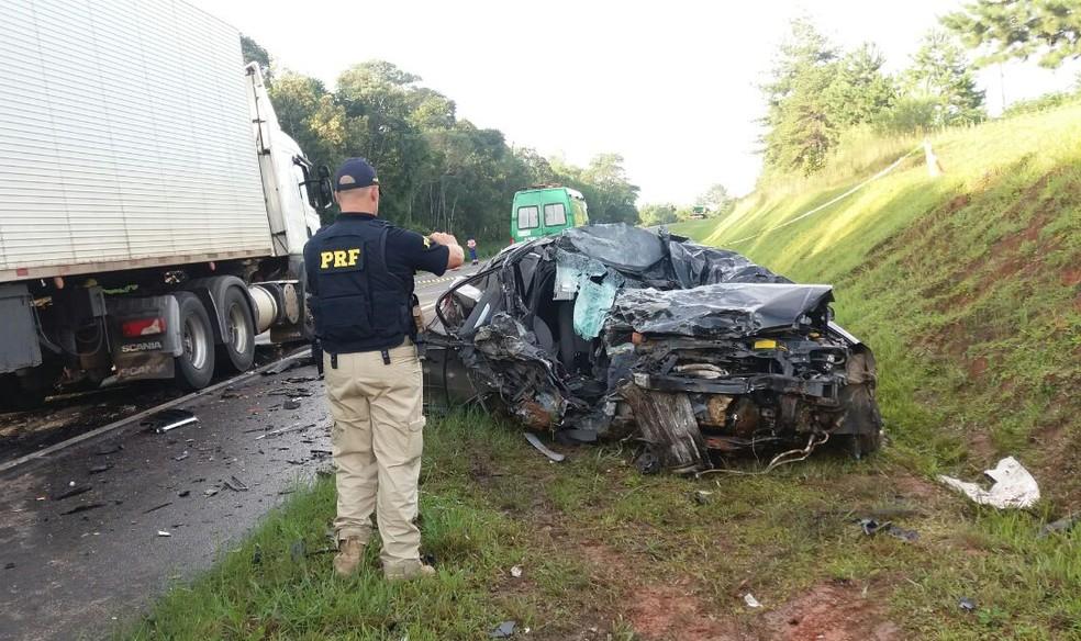 Mulher de 35 anos morreu ao bater de frente com caminhão na BR-373, em Prudentópolis — Foto: PRF/ Divulgação
