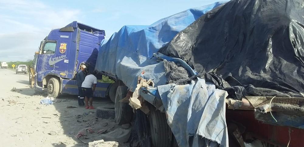 Caminhão que estava parado de forma irregular quando foi atingido por ônibus. — Foto: Diário Corumbaense