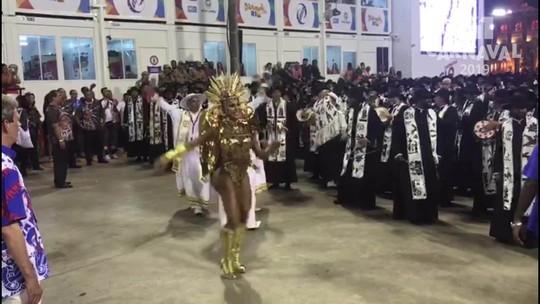 Gracyanne Barbosa mostra samba no pé e animação na Sapucaí em desfile da União da Ilha