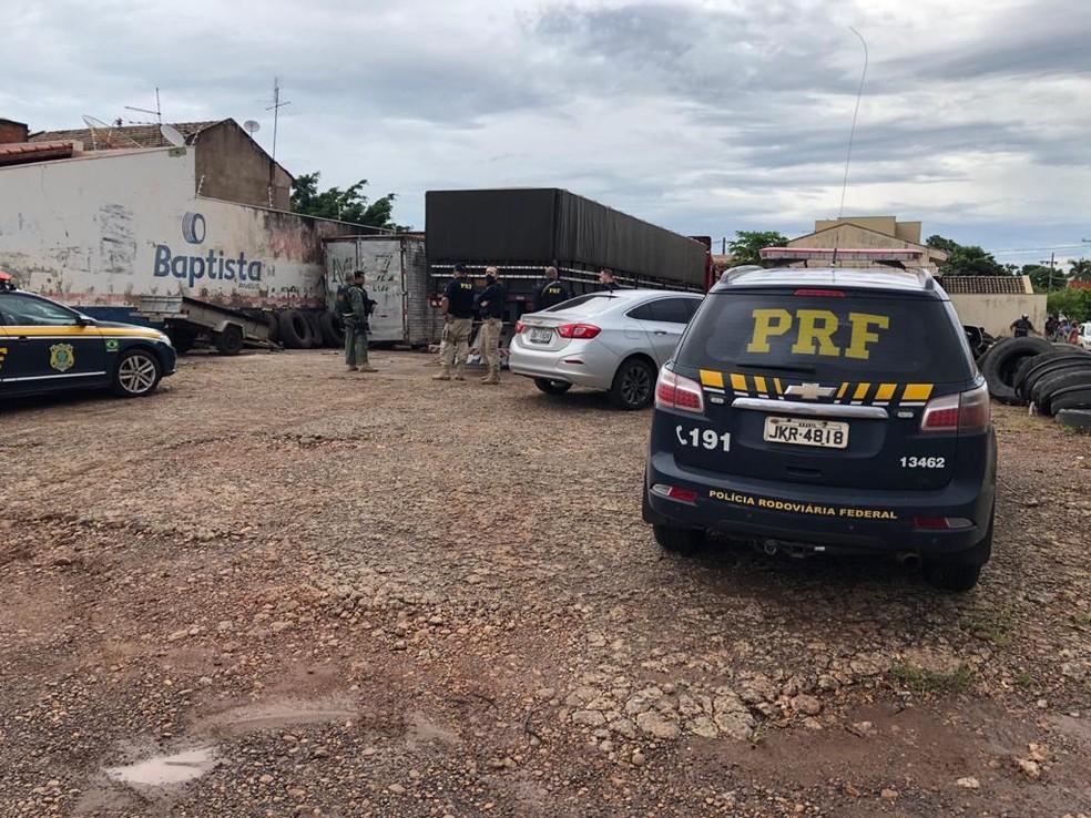 Depósito com pneus clandestinos foi lacrado nesta terça-feira (2) em Ourinhos — Foto: Polícia Rodoviária Federal/Divulgação
