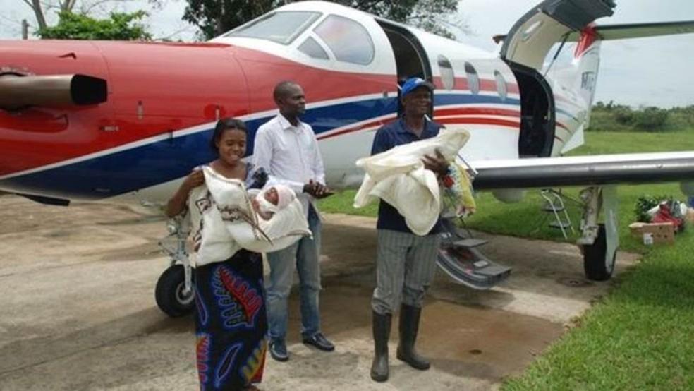 Os pais conseguiram ajuda da companhia aérea humanitária MAF para viajarem até a capital, onde fizeram a cirurgia (Foto: BBC/JACKLYN REIERSON, MAF))