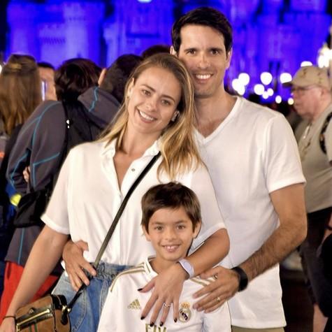 Juliana Silveira com o marido e o filho (Foto: Reprodução/Instagram)