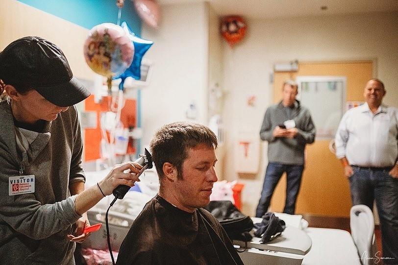 A vez de o pai cortar os cabelos (Foto: Reprodução / Instagram / Alicia Samone Photography)