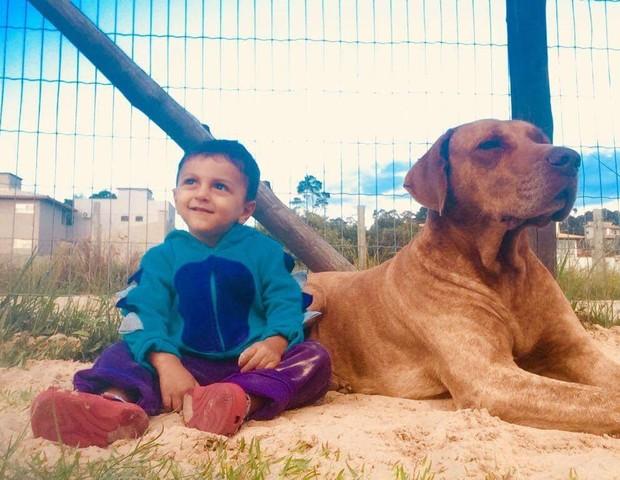 Ícaro ao lado do cachorro (Foto: Arquivo pessoal)