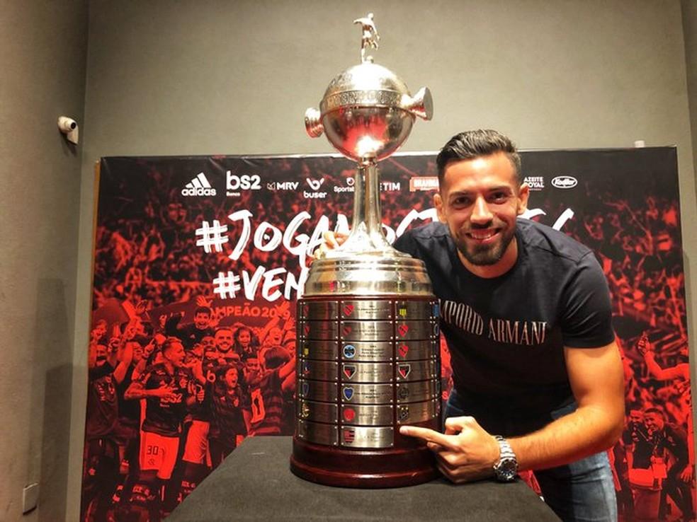 Pablo Mari posa com a taça da Libertadores — Foto: Flamengo / Divulgação