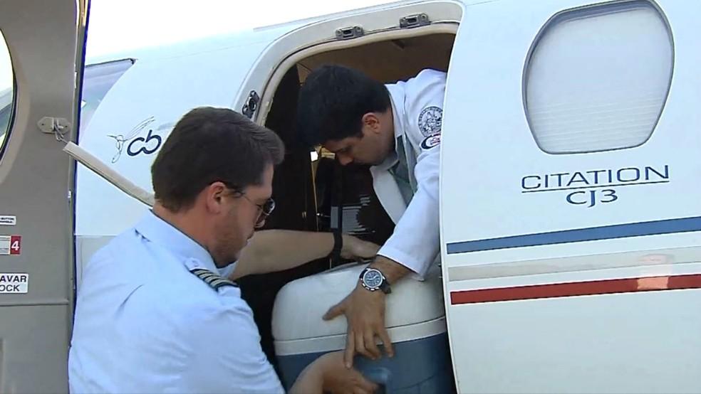 Logo após cerca de três horas para retirada, coração embarcou em um jato rumo à capital (Foto: Reprodução / TV TEM)