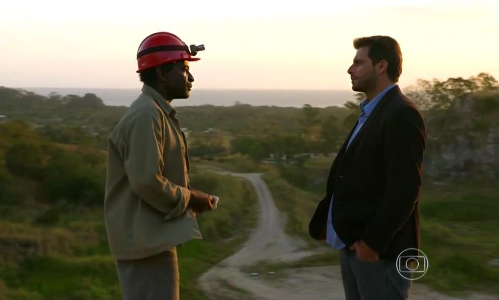 Silvestre revela a verdade a Cassiano (Henri Castelli) sobre Alberto (Igor Rickli) - 'Flor do Caribe' — Foto: Globo