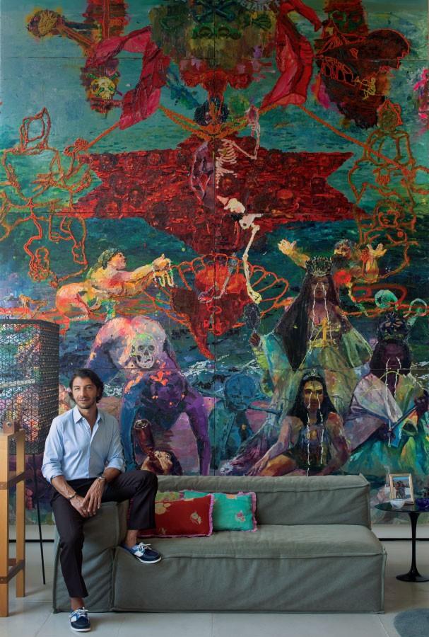 Mural pessoal: Fabio e a obra de Thiago Martins de Mello ao fundo (Foto: Vicente De Paulo)
