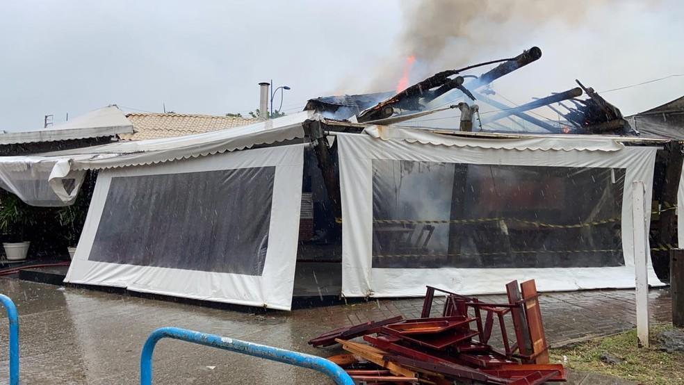 Incêndio em bar no bairro do Imbuí, em Salvador — Foto: Victor Silveira/TV Bahia