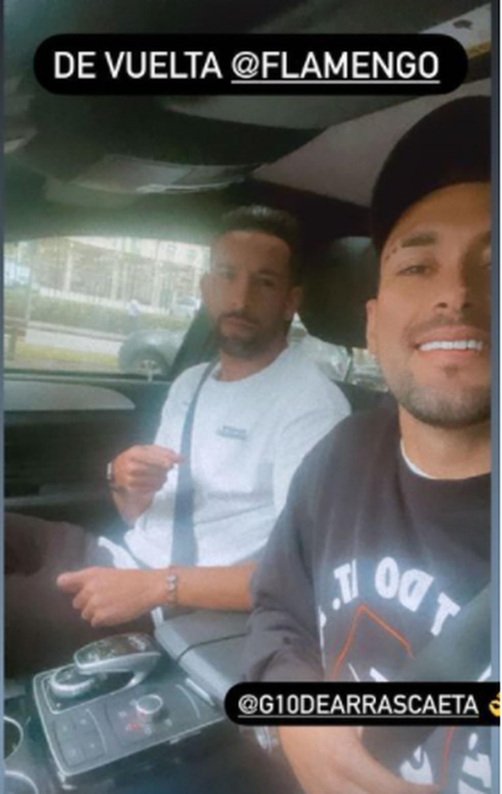 Isla e Arrascaeta a caminho do treino do Flamengo — Foto: Reprodução Instagram