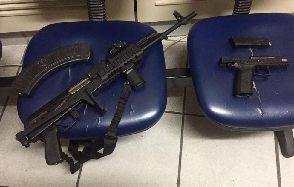 Fuzil e pistola apreendidos com dupla que trocou tiros com PMs (Foto: Reprodução/PMERJ)