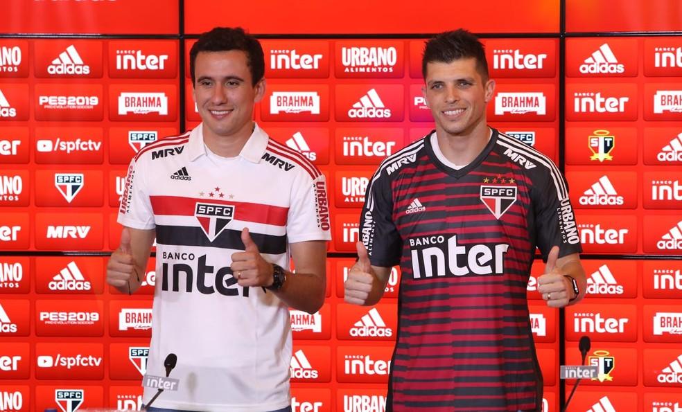Pablo foi apresentado ao lado do goleiro Tiago Volpi no São Paulo — Foto: Rubens Chiri / saopaulofc.net