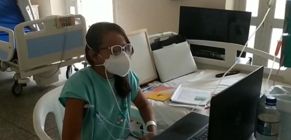 Professora que perdeu três filhos para doença genética usa internet para dar aulas em leito de hospital — Foto: Reprodução / TV Bahia