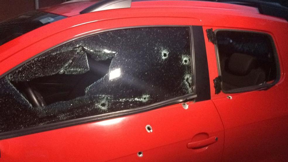 Veículo de vítima foi atingido por 17 disparos em Peruíbe, SP — Foto: Adriana Cutino/G1