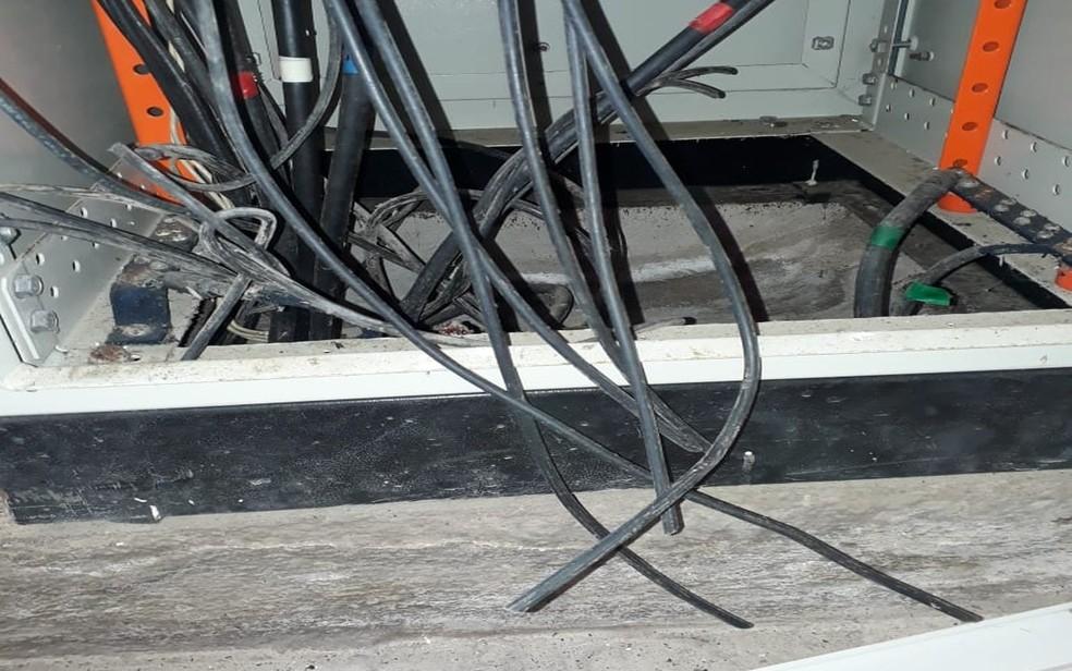 Equipamentos danificados e roubados de estação da Deso — Foto: Deso/Divulgação