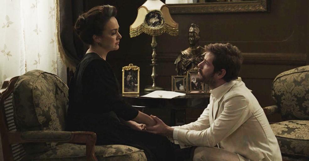 Camilo se ajoelha e pede perdão para Julieta (Foto: TV Globo)