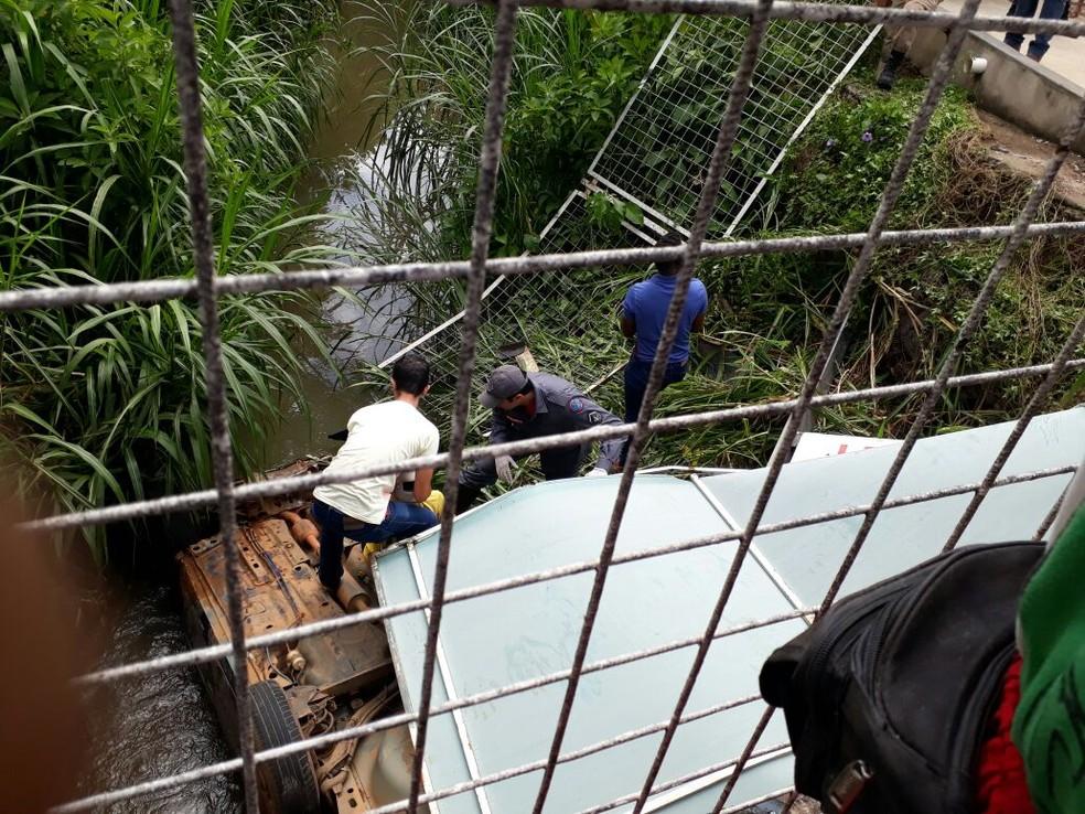 -  Carro cai dentro de ribeirão em Varginha  MG   Foto: Reprodução/Redes Sociais