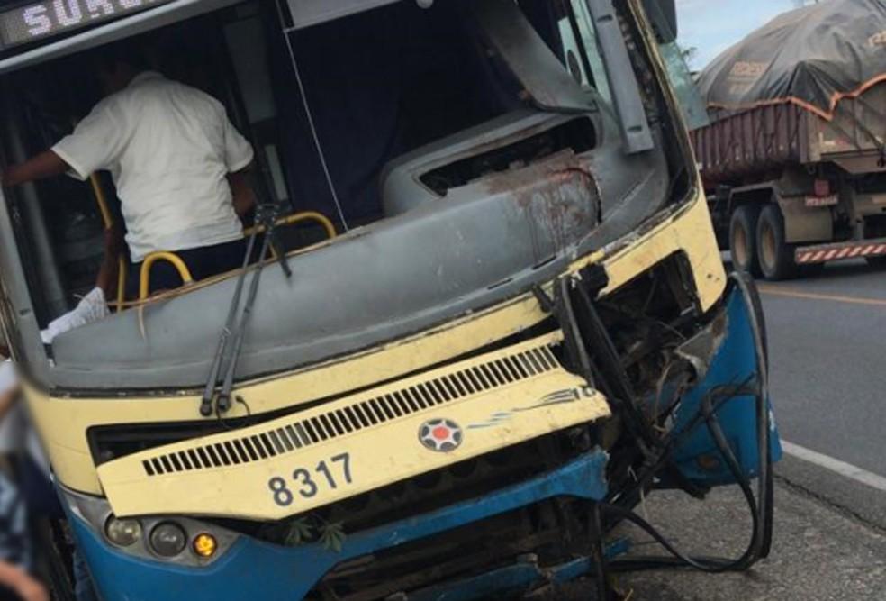 Acidente aconteceu na PE-90, no município de Lagoa do Carro, na tarde da quinta-feira (6)  — Foto: Reprodução/WhatsApp