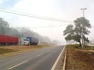 Fumaça provocada por incêndio no céu da BR-135, em São Luís (Foto: Colaboração/Flávio Vass)