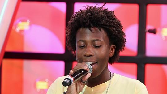 Felipe Adetokunbo conta que usa pingente da sorte em apresentações do 'The Voice Kids'