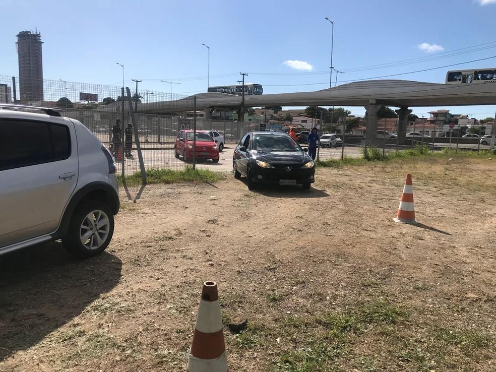 Carros precisaram entrar por desvio no Centro Administrativo do Estado (Foto: Clayton Carvalho/Inter TV Cabugi)