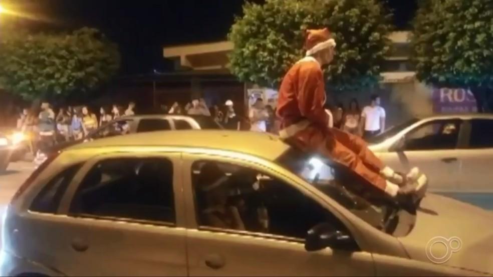 Rapaz vestido de Papai Noel foi flagrado sobre carro em movimento no bairro Paineiras, em Sorocaba, durante a noite de Natal — Foto: Arquivo Pessoal