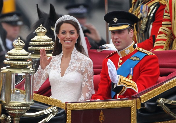 LONDON, ENGLAND - APRIL 29:  Their Royal Highnesses Prince William, Duke of Cambridge and Catherine, Duchess of Cambridge journey by carriage procession to Buckingham Palace following their marriage at Westminster Abbey on April 29, 2011 in London, Englan (Foto: Getty Images)