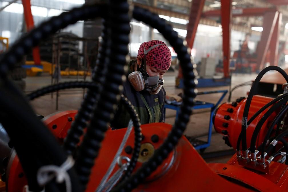 Uma mulher trabalha em fábrica na província de Hebei, China — Foto: Thomas Peter / Reuters