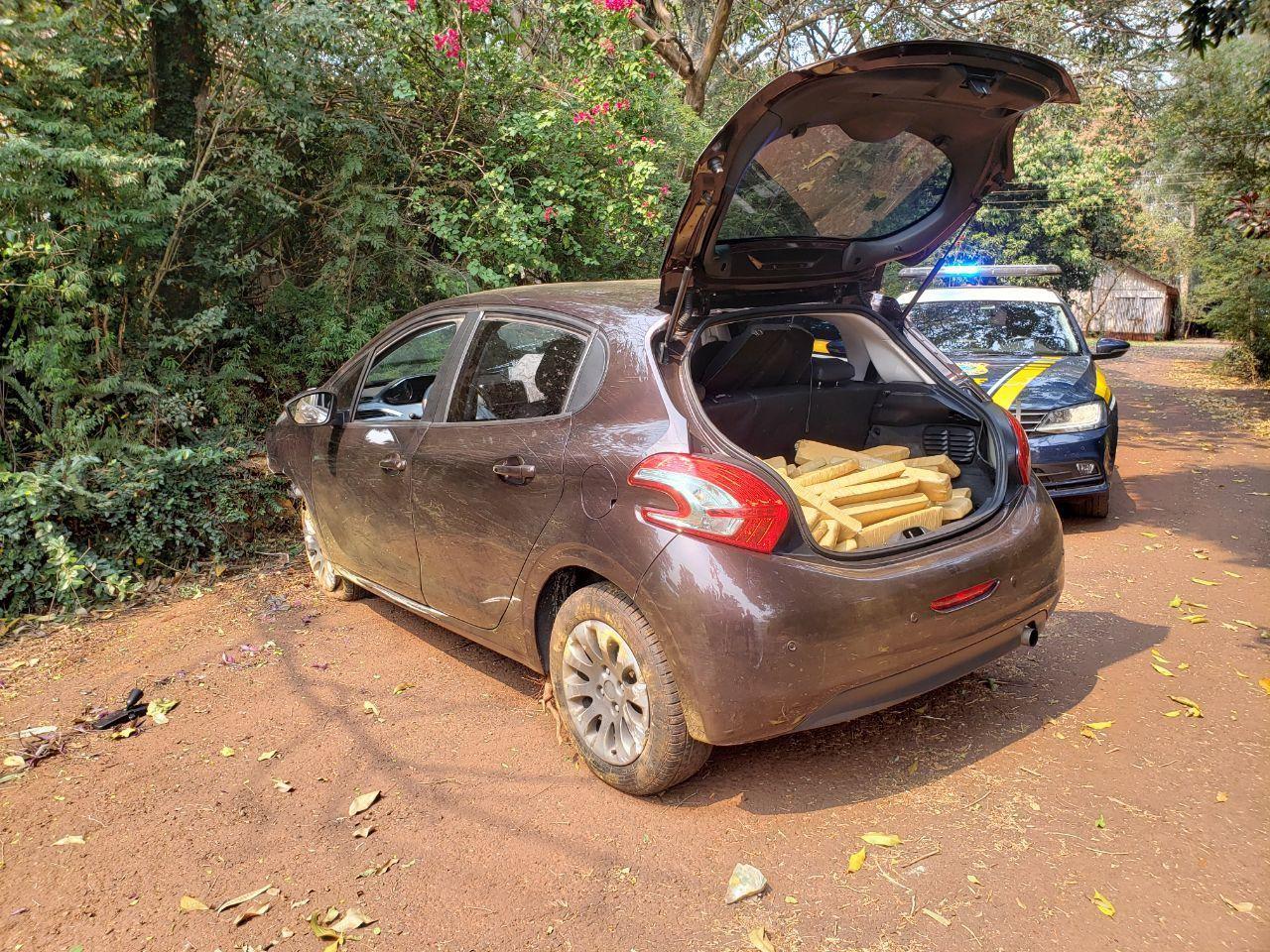 Homem foge de fiscalização, bate carro contra muro e acaba preso com 85 quilos de maconha no oeste do PR - Notícias - Plantão Diário