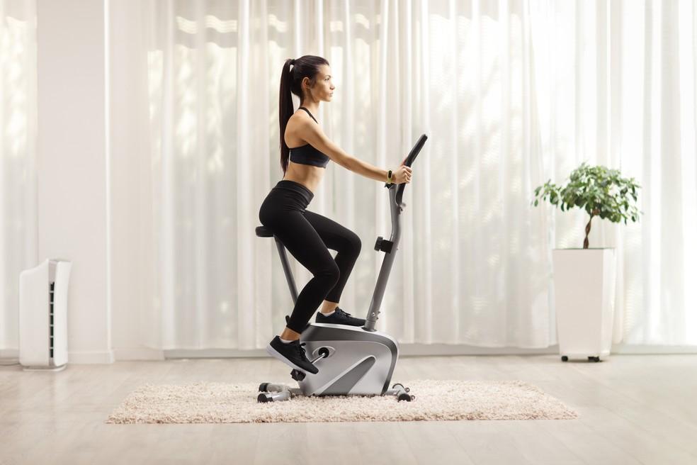 Bicicleta ergométrica horizontal: melhora condicionamento físico e gasta calorias — Foto: Istock Getty Images