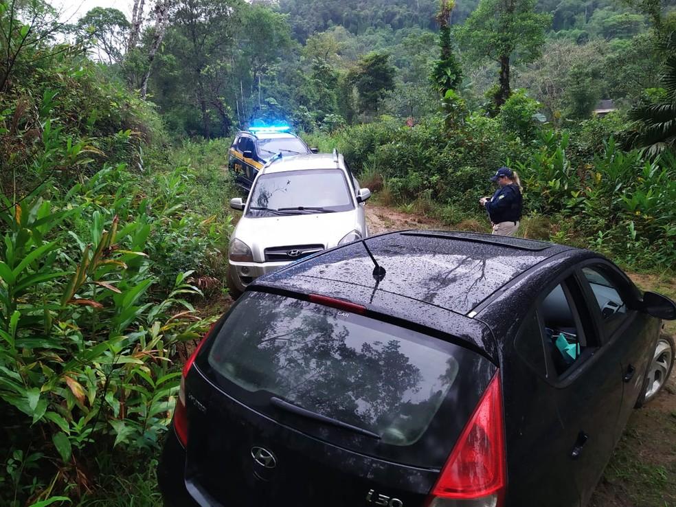 Polícia chegou até o local após o proprietário de um dos veículos indicar as coordenadas do sistema de rastreamento  — Foto: PRF/Reprodução