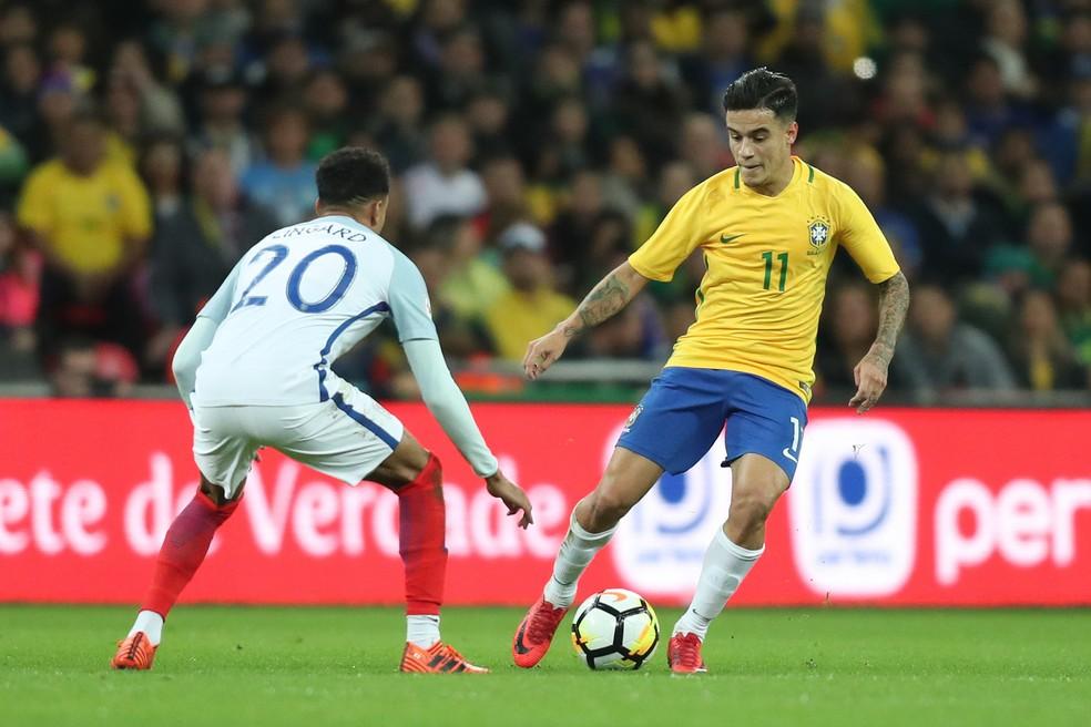 Coutinho tenta passar por marcação de Lingard (Foto: Lucas Figueiredo/CBF)
