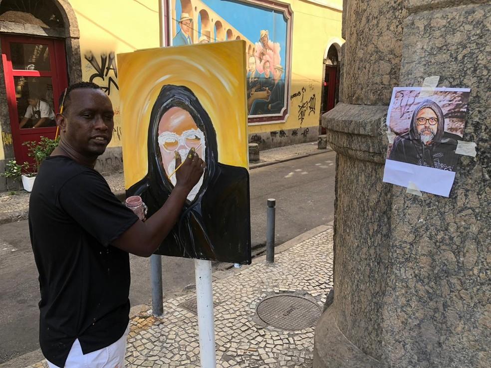 Artista Marcondes Rocco pinta quadro com o rosto de Yuka na porta do velório — Foto: Carlos Brito/G1