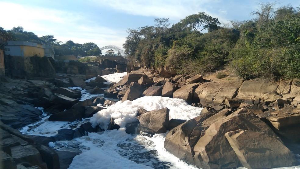 Rio Tietê fica coberto por espuma tóxica em Salto — Foto: Gilberto Esquerdo/TV TEM