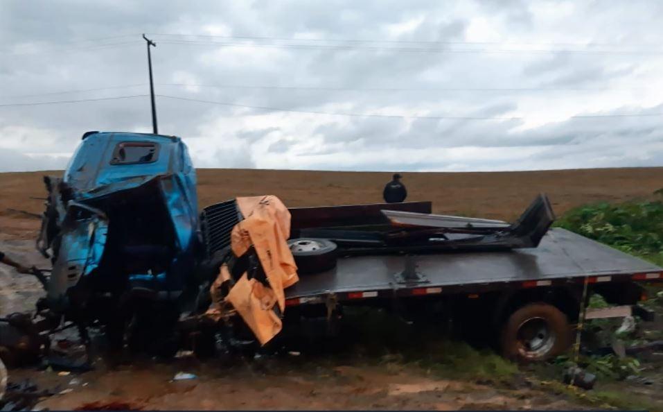 Motorista morre após caminhão tombar na BR-153