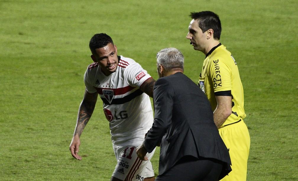 Luciano e Crespo comemoram gol do São Paulo na final do Paulista — Foto: Marcos Ribolli
