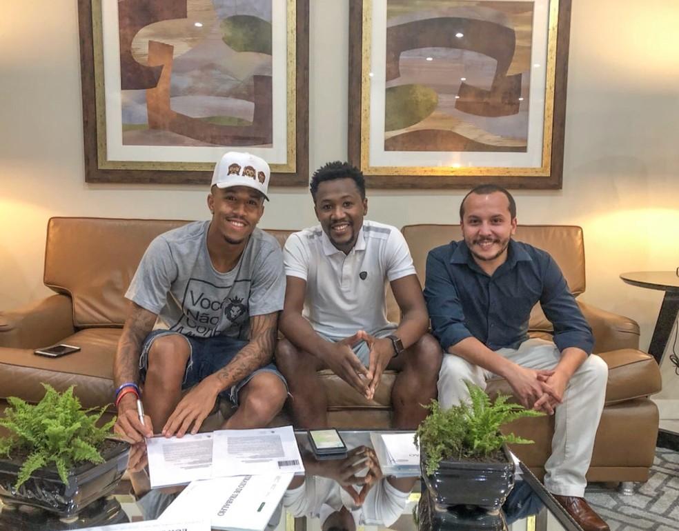 Éder Militão assina contrato com o Porto, ao lado do empresário Ulisses Jorge e do advogado Andrés Perez  (Foto: Divulgação)