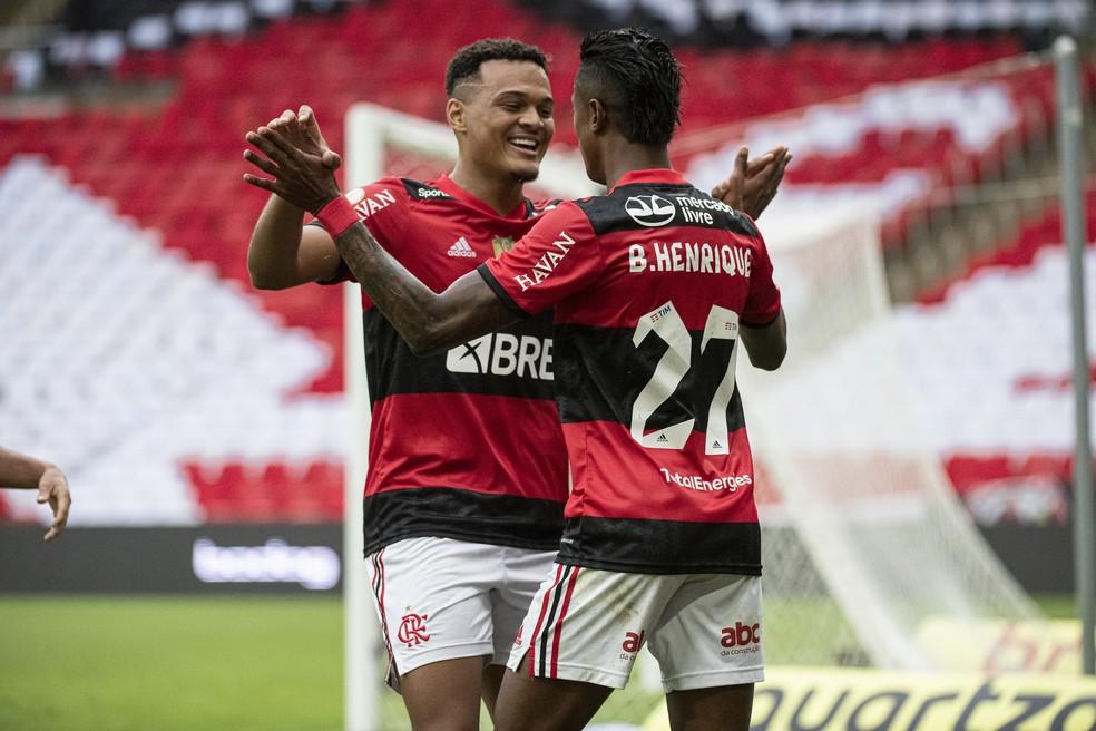 Bruno Henrique e Muniz, autores dos gols do Flamengo contra o América-MG — Foto: Alexandre Vidal/Flamengo