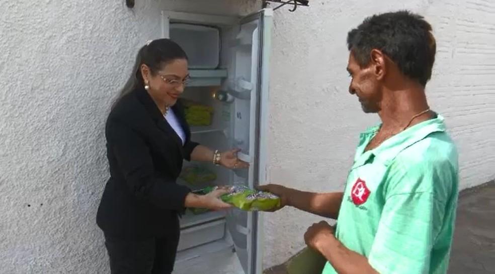 Morador de rua agradece iniciativa e diz que também coloca água para gelar e ajudar outras pessoas  (Foto: Reprodução/Rede Amazônica Acre)