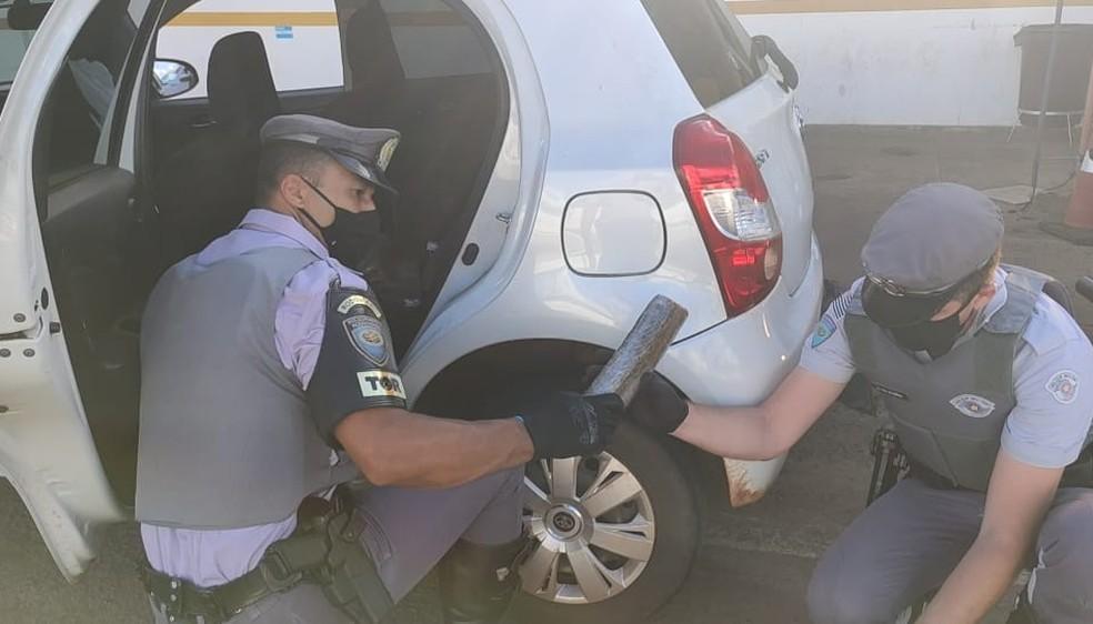 Drogas foram encontradas dentro de carro na SP-294 em Bauru — Foto: Polícia Rodoviária Estadual/Divulgação