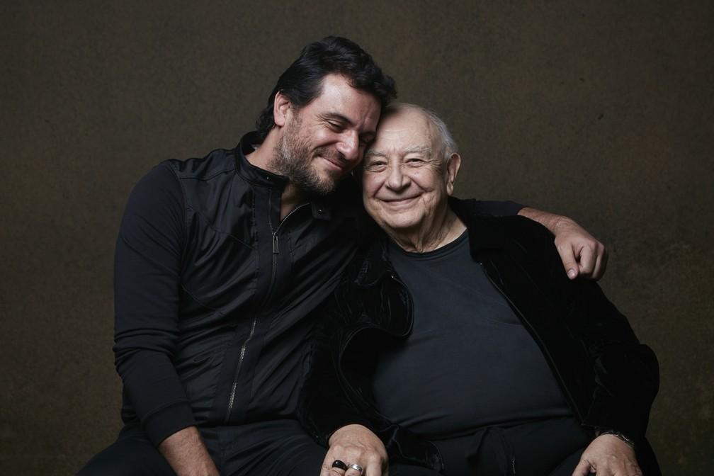 Rodrigo Lombardi e Sérgio Mamberti, em foto tirada quando estavam em cena na peça 'Um Panorama Visto da Ponte' — Foto: Ale Catan/Divulgação