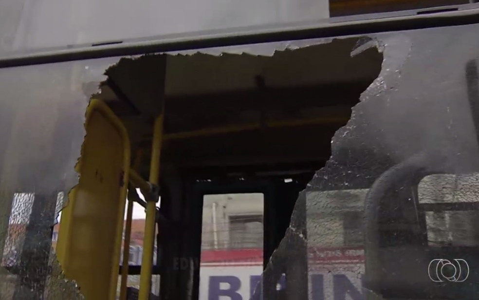 Ônibus que levava torcedores do Vila Nova fica depredado durante confusão em Goiânia (Foto: TV Anhanguera/ Reprodução)