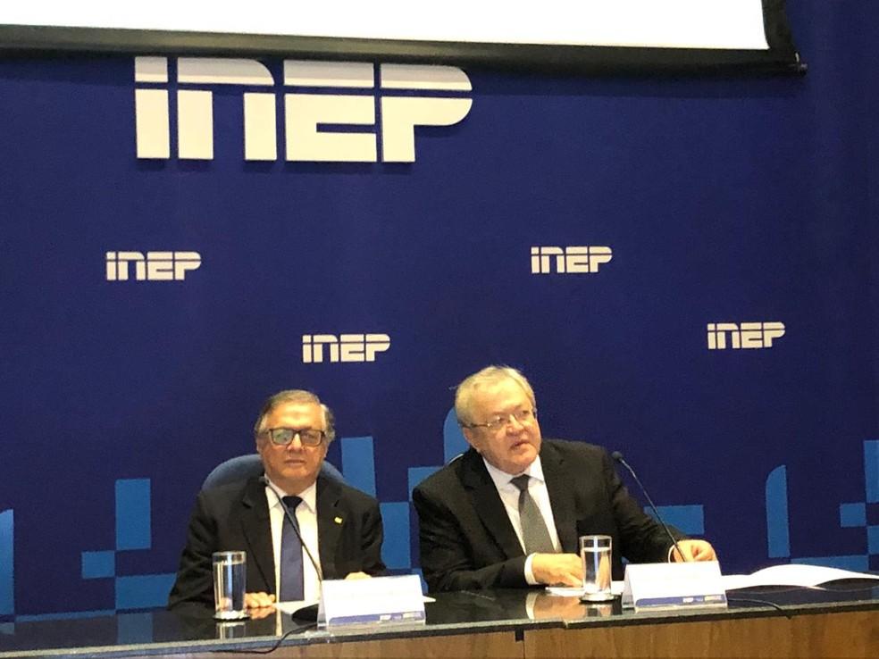 O ministro da Educação, Ricardo Vélez Rodríguez, e o novo presidente do Inep, Marcus Vinicius Rodrigues, participam da cerimônia de posse. — Foto: Fernanda Calgaro/G1