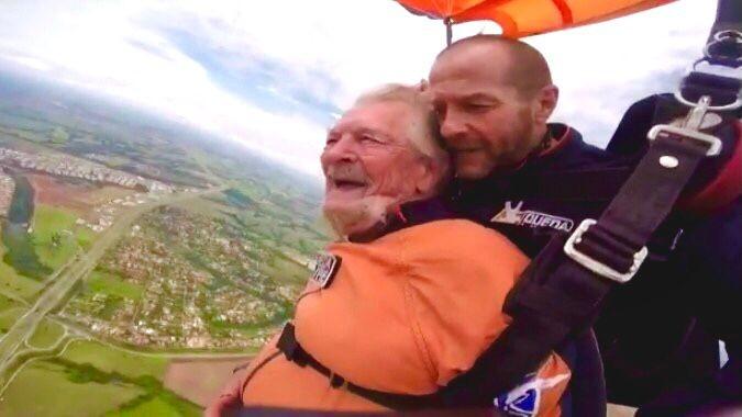 Idoso com Parkinson realizou sonho de saltar de paraquedas três anos antes de morrer: 'Aventura até o fim', diz filho