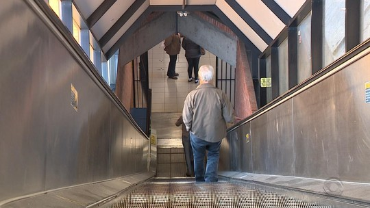 Paradas há 3 anos, escadas rolantes de estações da Trensurb ainda não têm prazo para voltar a operar