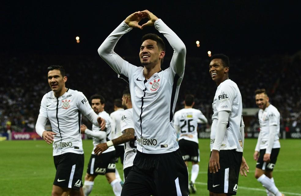 Pedro Henrique festeja o segundo gol do Corinthians em Itaquera (Foto: Marcos Ribolli)