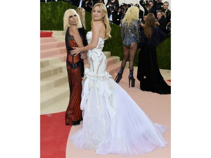 Donatella Versace e Kate Hudson (Getty Images)