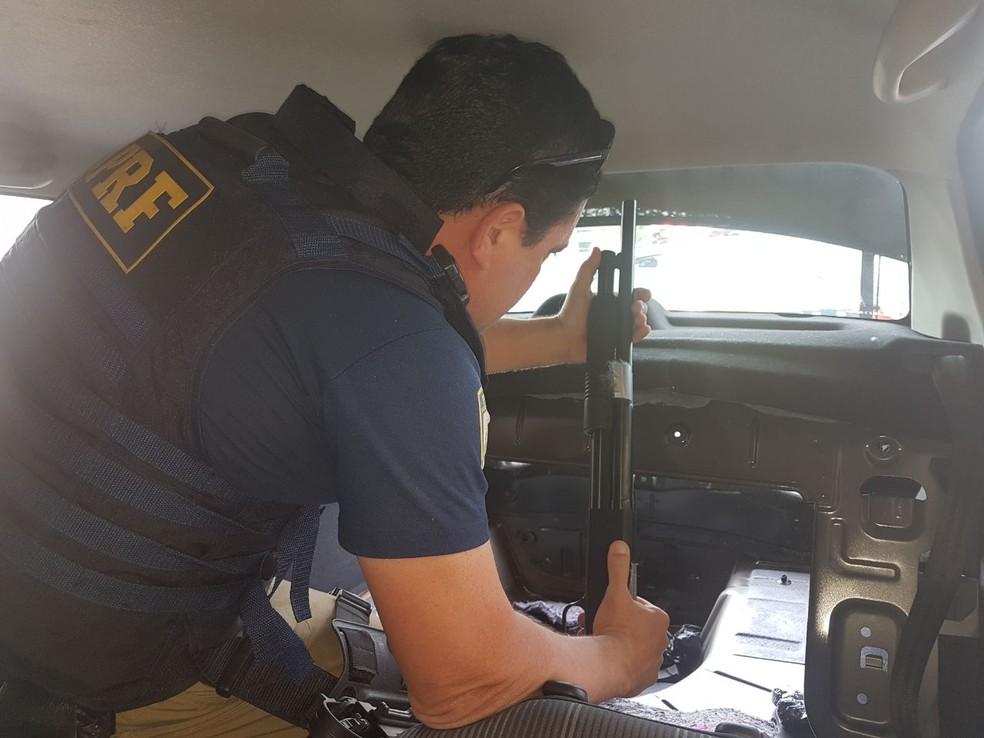 Armas e drogas com destino ao RJ foram apreendidas pela PRF em SP (Foto: Divulgação/Polícia Rodoviária Federal)